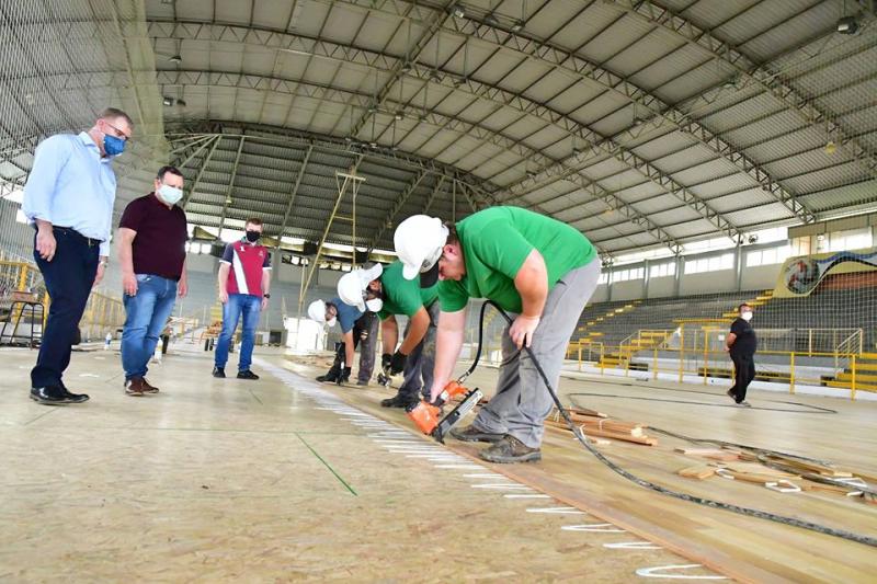 Empresa termina colocação de novo piso no ginásio Marcelo Mioso