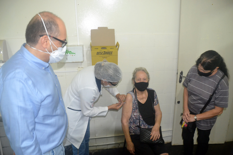 Vacinação contra a Covid-19 é iniciada nas unidades de saúde